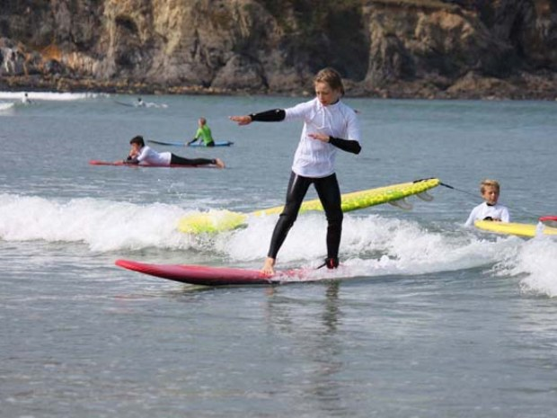 Junge übt Wellenreiten im Surfcamp Bretagne II