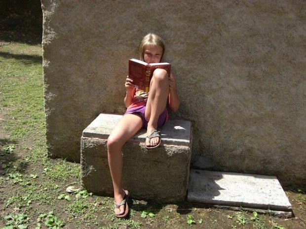 Teenager vor der MiniVilla vertieft in ein Buch