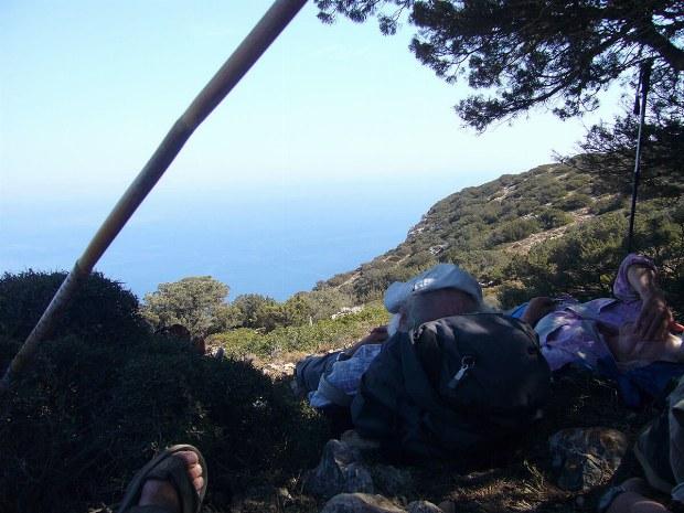 Eine kleine Pause wird auf dem Weg zum Gipfel gemacht