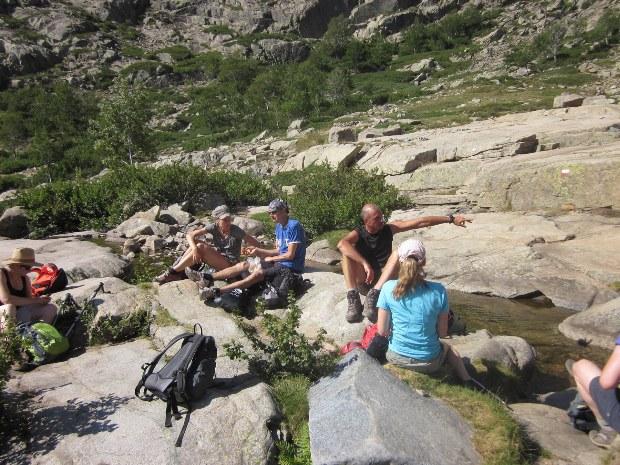 Wandergruppe zwischen Felsen in Pause