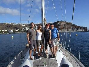 Mitsegler auf Deck der Yacht vor kanarischer Insel im kanarischen Archipel im Atlantik