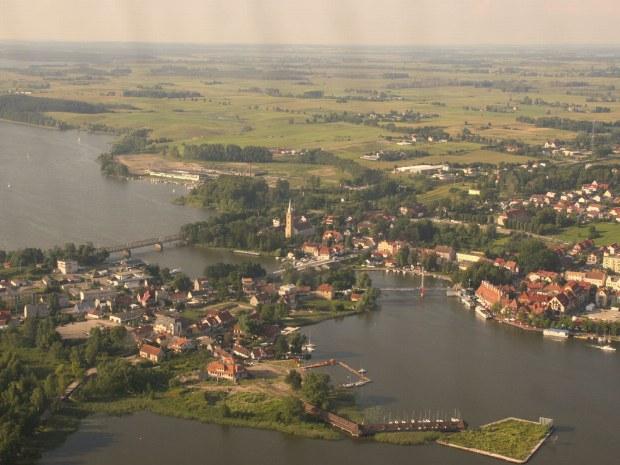 Eine Luftaufnahme von einer kleinen Stadt