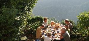 Gemeinsames Essen in den Bergen