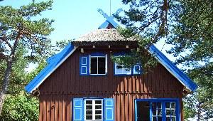 großes Holzhaus mit blauen Fensterläden