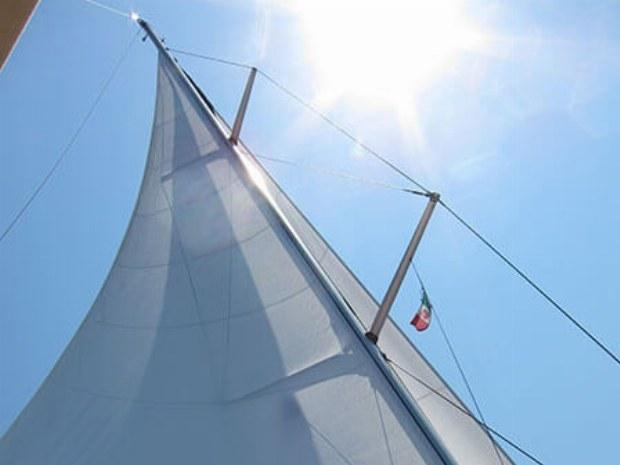 Wind in Segel der Yacht auf Atlantik