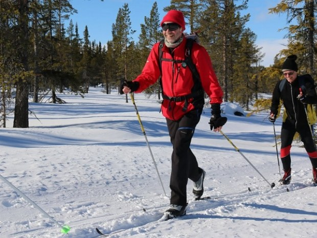 Mann genießt das Langlaufen
