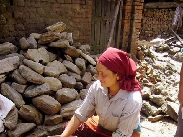 Frau macht eine typische Arbeit der Nepalesischen Frauen