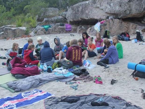 Jugendliche im Schlafsack bei der Outdoorübernachtung