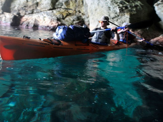 Teilnehmer paddeln durch Höhlen