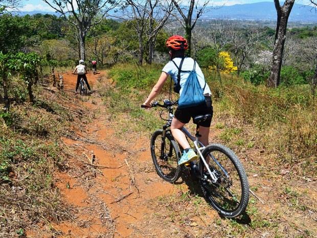 Radfahrer fahren bergab durch schöne Landschaften