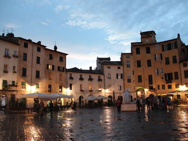 Ein beleuchteter Marktplatz in der Toskana