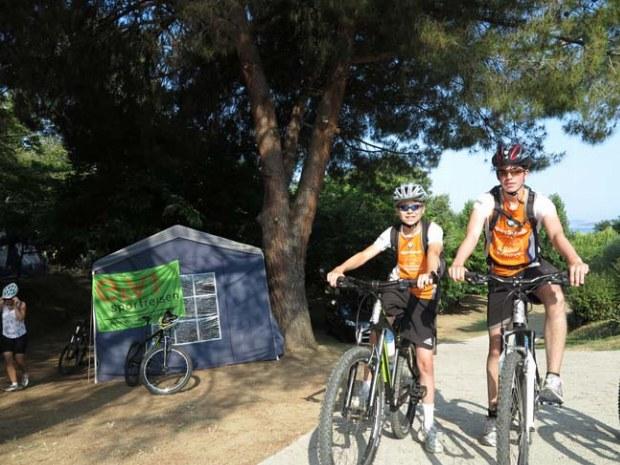 Jugendliche kurz vor dem Start zu einer Radtour im Korsikacamp