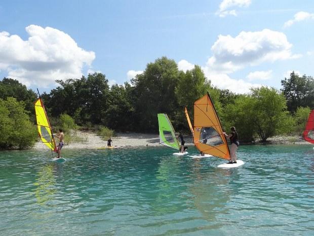 Jugendliche beim Surfkurs auf dem Lac de Ste. Croix