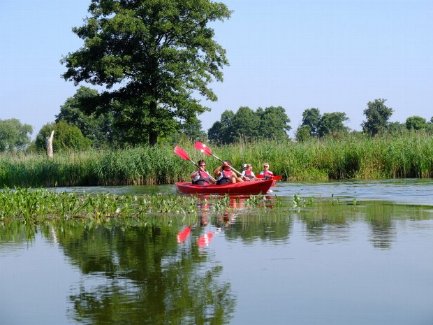 Familie paddelt auf einem See bei den Masuren