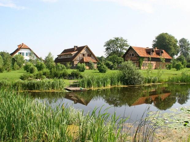 Häuser an einem kleinen See