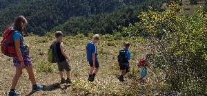 Kinder wandern in den Pyrenäen