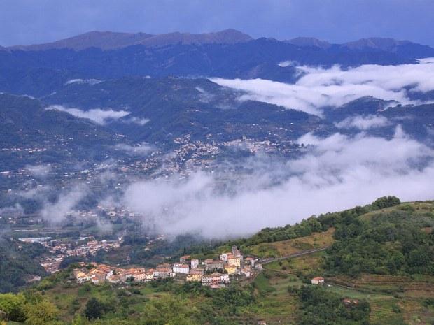 Aussicht auf ein Dorf im Tal