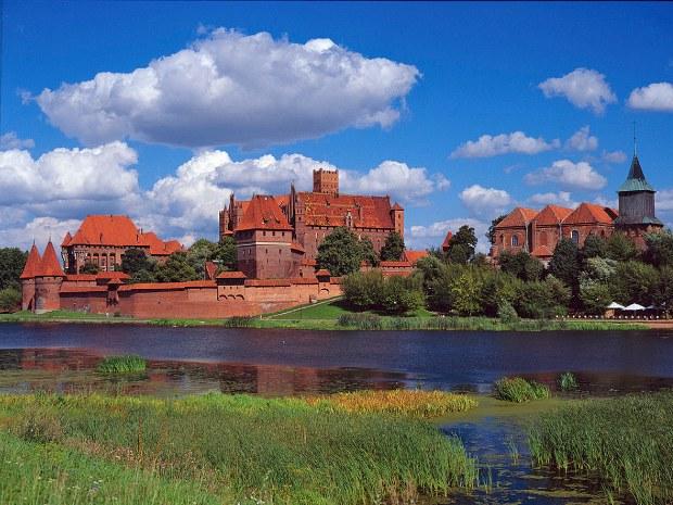 Eine Burg in roter Backsteinoptik