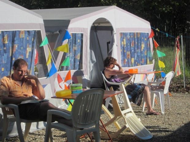 Eltern genießen die Ruhe in der Sonne vor ihrem Steilwandzelt