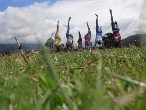 Sieben Teenager versuchen gleichzeitig einen Handstand im Familiencamp