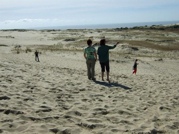 Die ganze Familie spielt in den Dünen am Strand