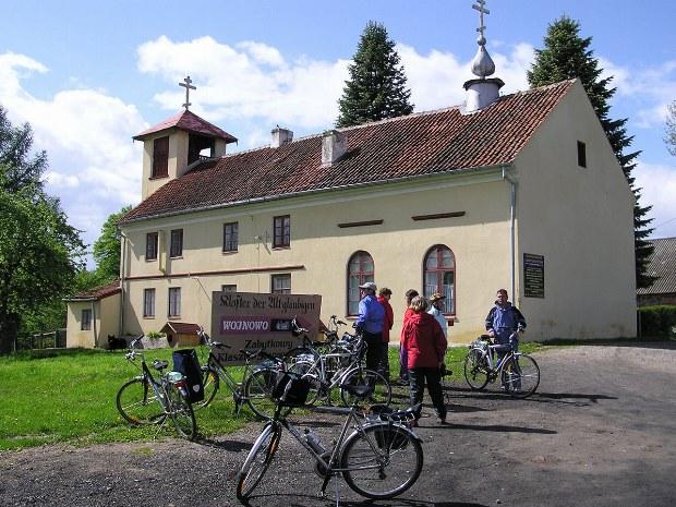 Die Gruppe macht eine Pause an einer alten Kirche