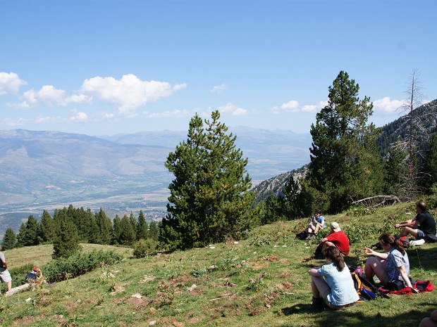 Bei einer kleinen Pause genießen die Urlauber die Aussicht ins Tal
