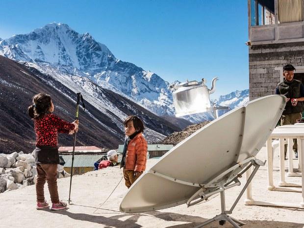 Kindern spielen an der frischen Luft in den Bergen des Himalyas