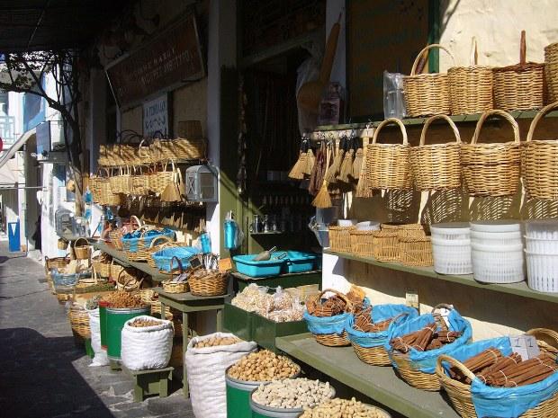 Stand auf einem Markt mit Gewürzen und Körben