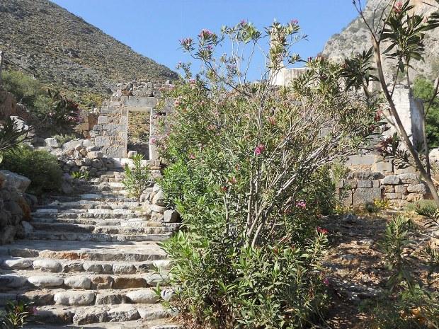 Treppen führen zu einem Tor
