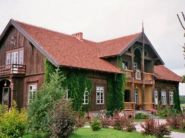 altes Holzhaus auf dem Land