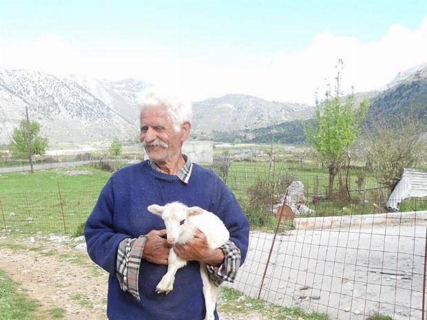 Einheimischer mit einer Ziege in der Hand