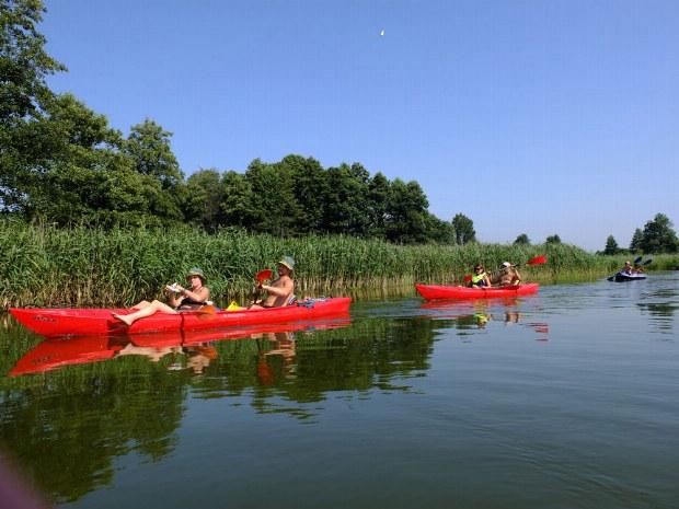 Die Teilnehmer entspannen bei einem Kanu Trip