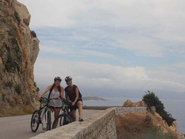 Zwei Radfahrerinnen auf der Küstenstraße auf Korsika