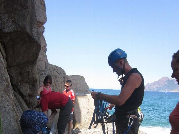 Kletterlehrer sucht einen passenden klettergurt für ein junges Mädchen