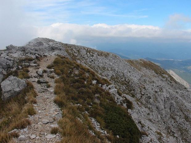 An den Bergspitzen liegen viele Steine