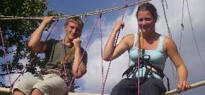 zwei Jugendliche klettern in unseren Bergsportcamp