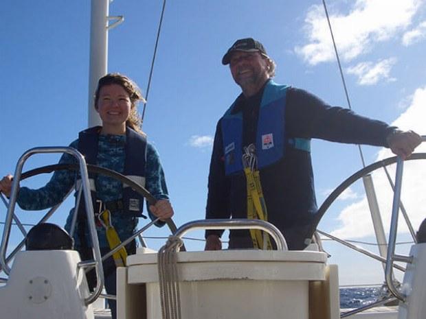 Skipper der Yacht und Mitseglerin am Steuerrad der Yacht auf Atlantik