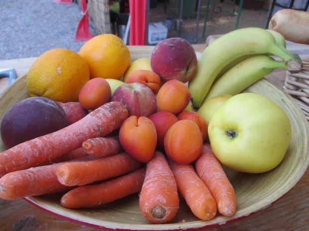 Obst und Gemüseteller als Snack für zwischendurch