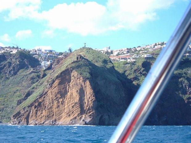 Steilküste kanarischer Insel in Sonne in Atlantik