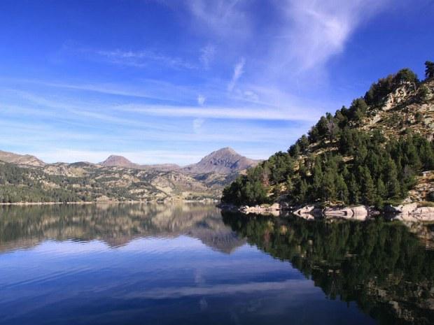 Zwischen den Bergen liegt ein klarer See