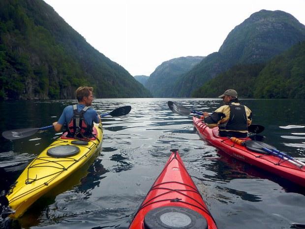 zwei Männer im Seekajak auf dem Fjord