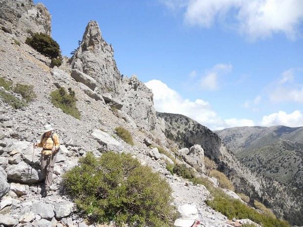 Frau steigt den Berg hinunter