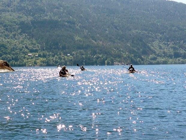Die Gruppe paddelt über leuchtend blaues Wasser