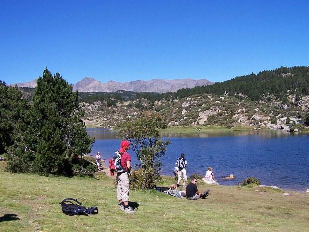 Teilnehmer relaxen an einem See
