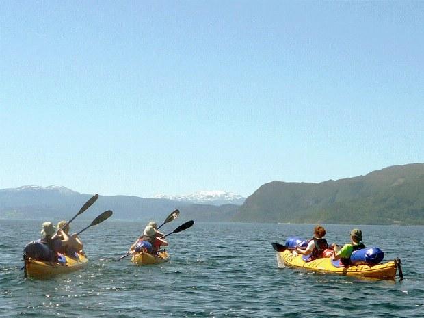 Die Seekajakgruppe paddelt durch die Fjörde
