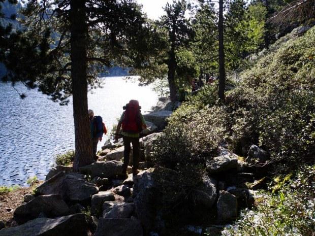 Wandern entland eines Sees