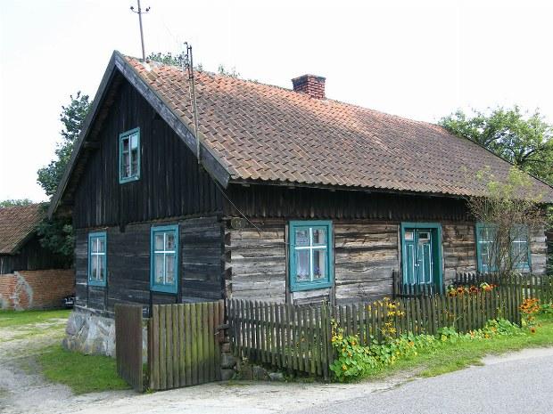 altes Holzhaus auf dem Weg