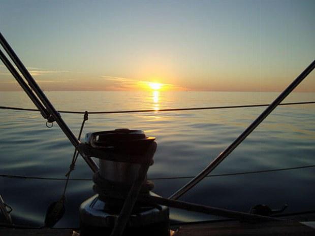 Blick auf Horizont vom Deck der Yacht in kanarischem Archipel in Atlantik