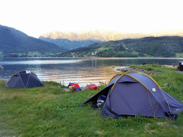 Zeltlager am Ufer bei Sonnenuntergang